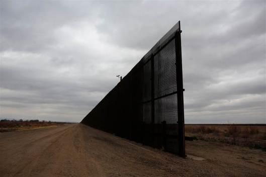 170125-mexico-us-border-cr_01_071aac3682462fbbdbe2957738854600.nbcnews-ux-1024-900.jpg